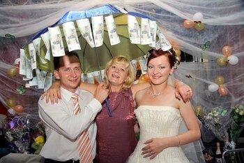 Как оригинально подарить деньги на свадьбу. Зонт с деньгами